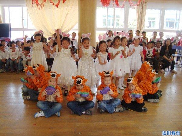 昨天是六一国际儿童节,是全世界所有小朋友的节日。 也是昨天,通师二附幼儿园的大厅里彩带飘扬、花团锦簇,处处洋溢着节日喜庆的气氛,五彩的灯光映亮了孩子们欢乐的笑脸,一场场以永远的童话为主旨的童话剧表演在这里生动地上演,给孩子们这个特别的日子留下了快乐的回忆。 童话剧是让幼儿根据文学作品中的情节、内容和角色,通过语言、表情和动作进行表演的一种表演游戏,这与二附幼儿园一直以来倡导的让幼儿在优化的情境中快乐游戏的教育理念和教学管理模式十分契合。在老师们的编排下,每一个孩子都获得了分享童话乐趣、提升艺术想