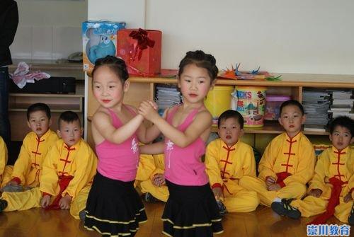 安琪儿幼儿园小朋友与福利院儿童手牵手