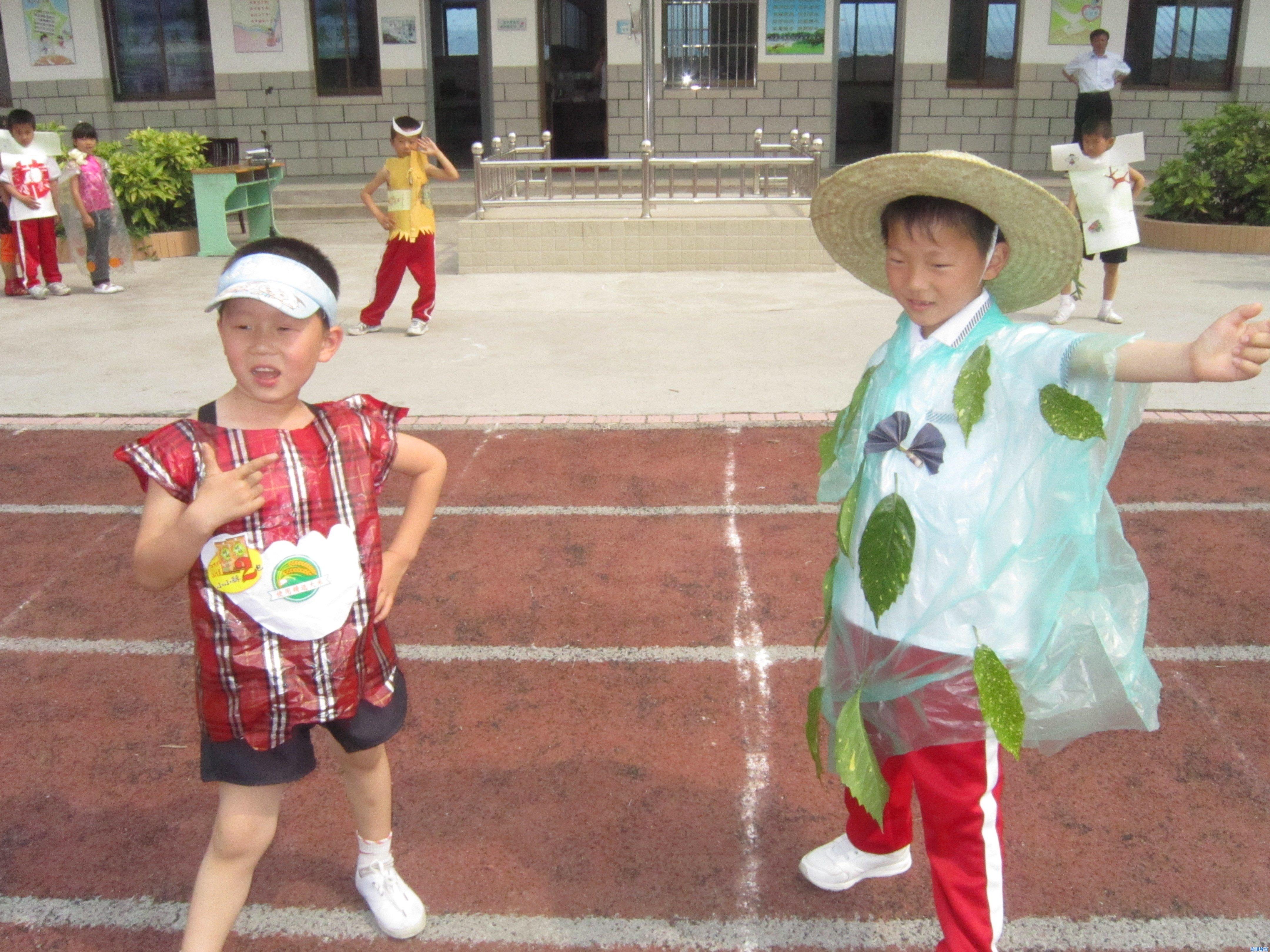 """近日,为了倡导世界环境日的教育思想,提升学生的环保意识,在钟秀小学的校园里掀起了一阵节能环保风。 这不,同学们将生活中的废弃物收集起来,发挥奇思妙想,制作出漂亮的""""时装""""。其中,包括一次性纸杯,旧光盘,使用过的拉花,塑料袋,以及包裹花束的废旧纸张等。别看这一件件服装都是废旧物品做成的,但经过老师和同学们的巧手组合、剪贴、缝制一件件时尚的服装闪亮登场,伴着动感的音乐,同学们穿着自己亲手制作的环保衣服走上T台,博得了观众的阵阵掌声。 能够制作出这些环保服饰都得益于老师与同学们平日对生活"""