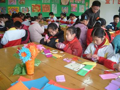 老师执教的一堂五年级美术课——《纸花》.学生将自己亲手制作的美图片