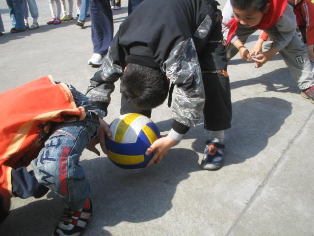 西小学开展趣味体育游戏活动